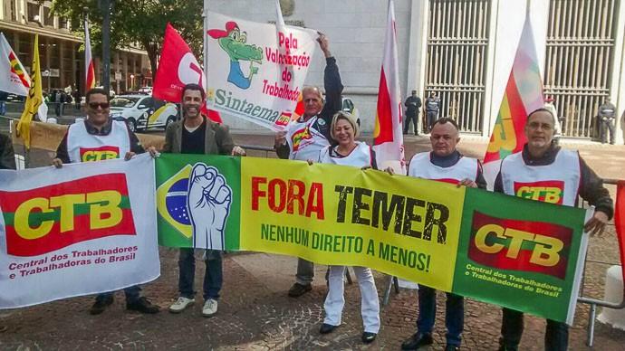 Temer é recebido com protestos em visita à prefeitura de SP