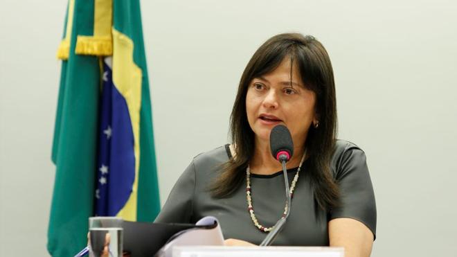 Alice Portugal propõe criação do piso salarial e jornada de 30 horas para farmacêuticos