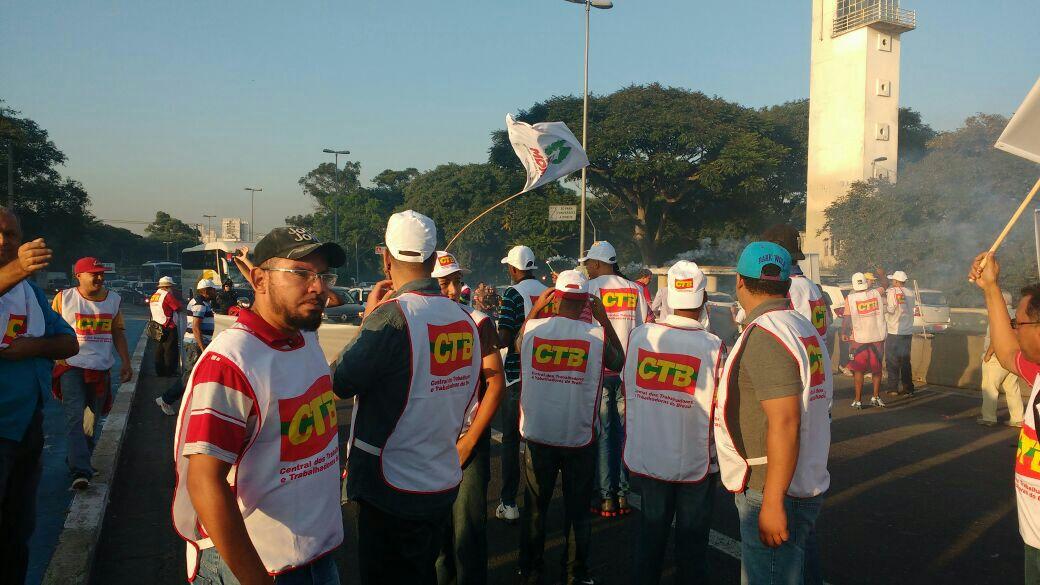 Protesto ponte bandeiras
