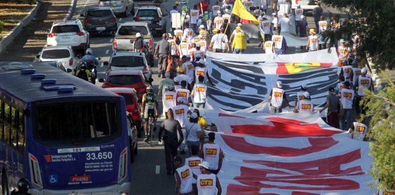 Protesto ponte bandeiras2