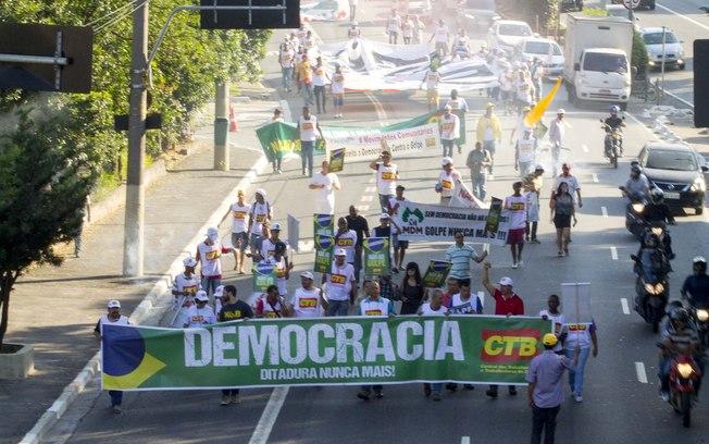 Protesto ponte bandeiras3