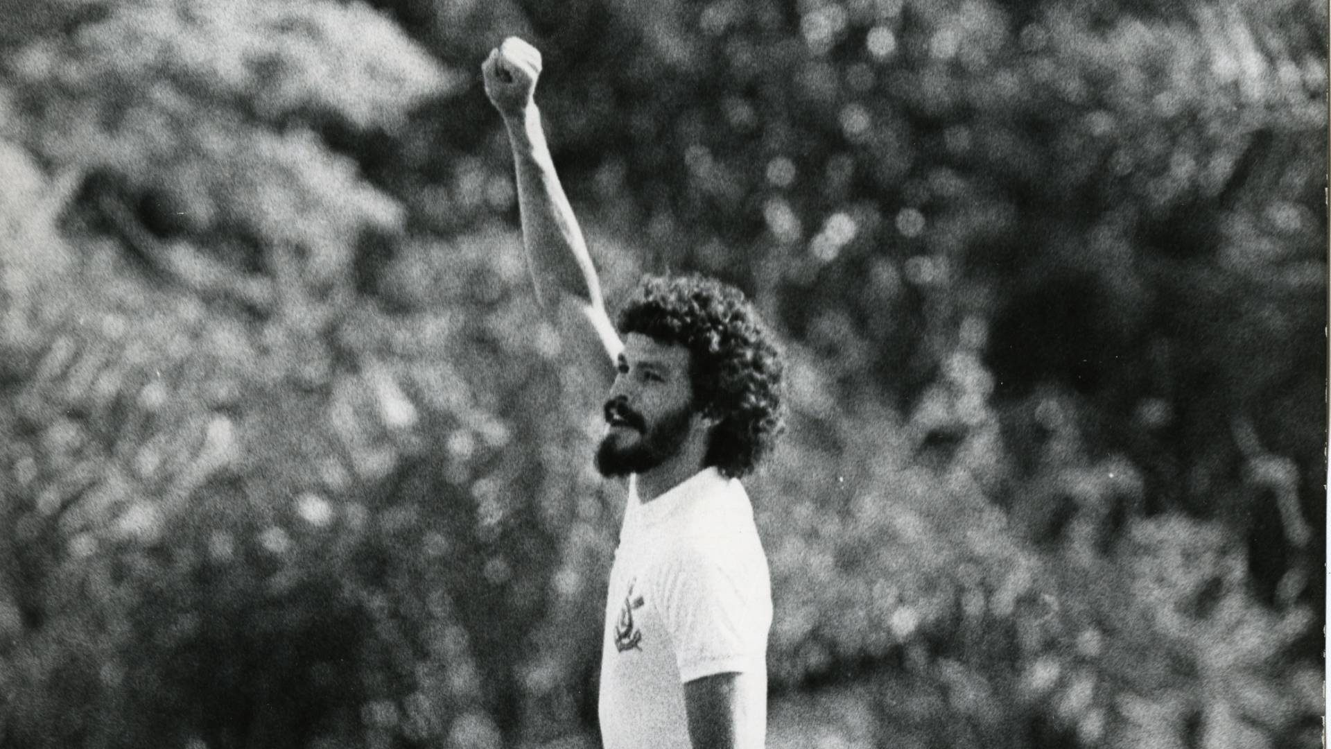 socrates faz a tradicional comemoracao de gol depois de ajudar o corinthians a fazer 3 a 1 sobre o sao jose no parque antarctica pelo campeonato paulista de 1983 1315269166866 1920x1080